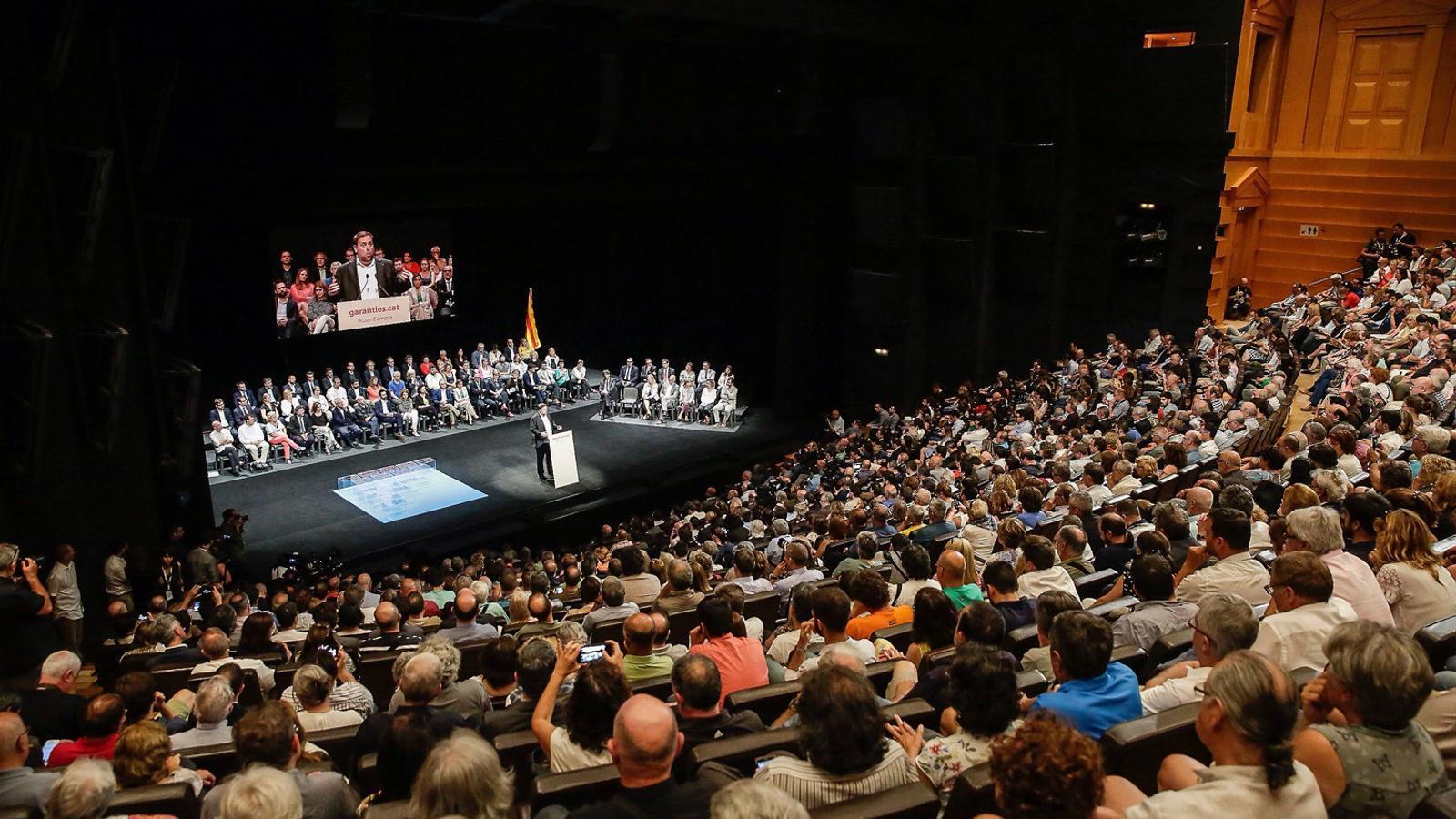 Un miler de persones van escoltar l'exposició de Puigdemont, Junqueras, Rovira i Turull. / PERE VIRGILI