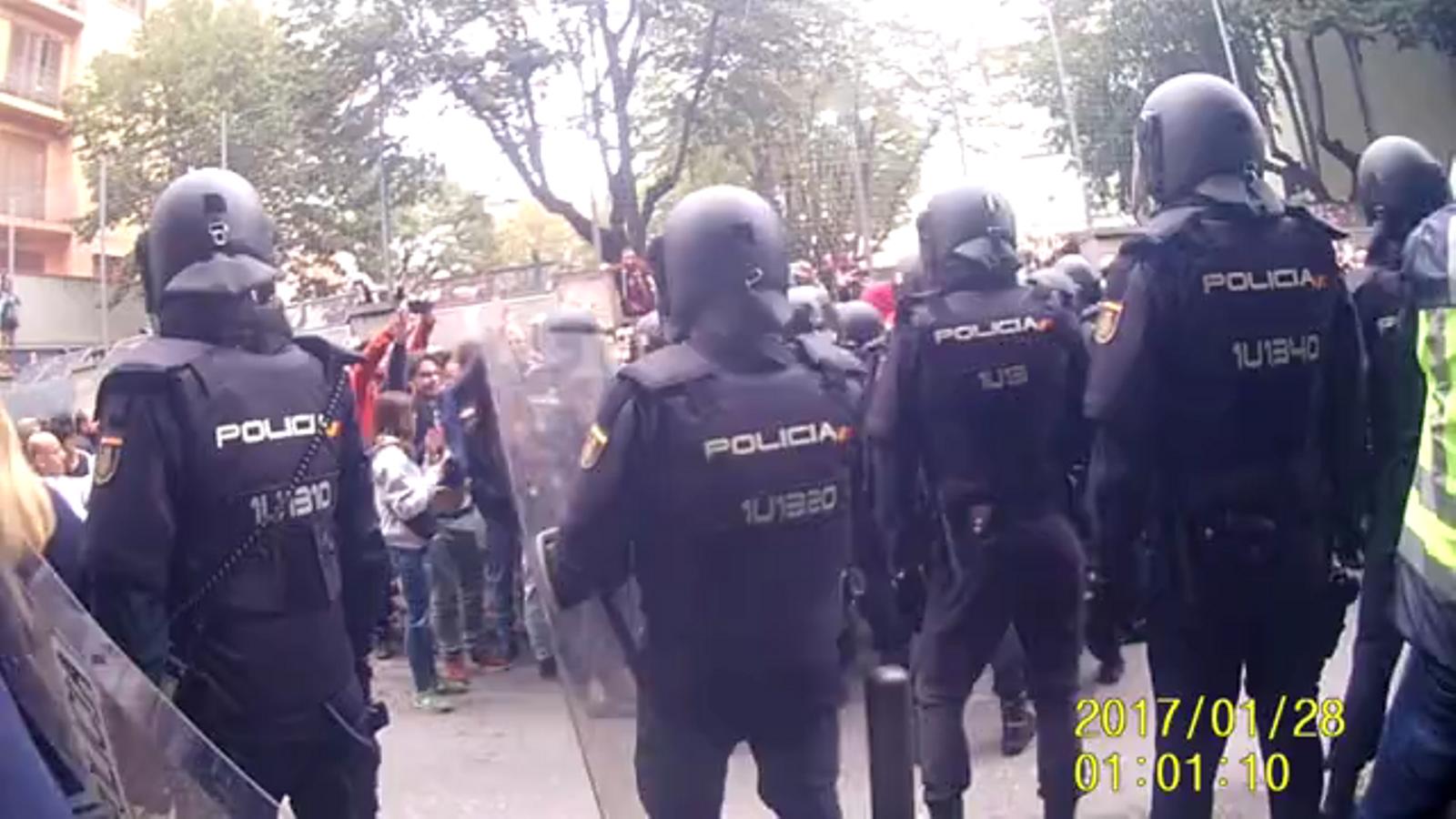 Imatges mostren els dubtes de la policia espanyola a l'hora de carregar l'1-O per la resistència pacífica