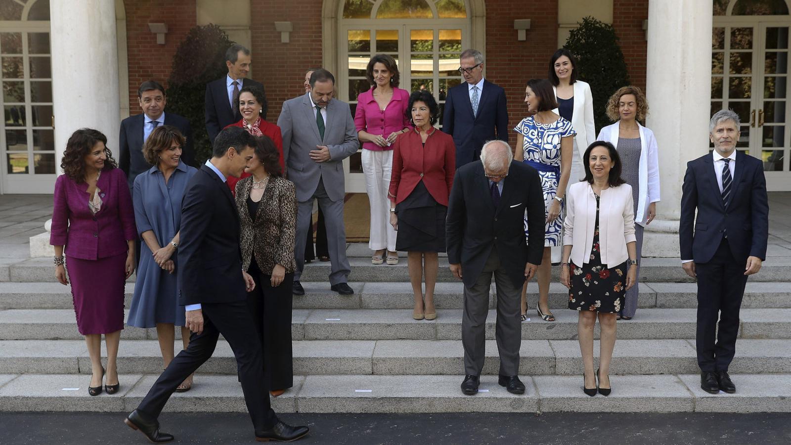 El president del govern espanyol amb tot el seu gabinet a les escales de la Moncloa.