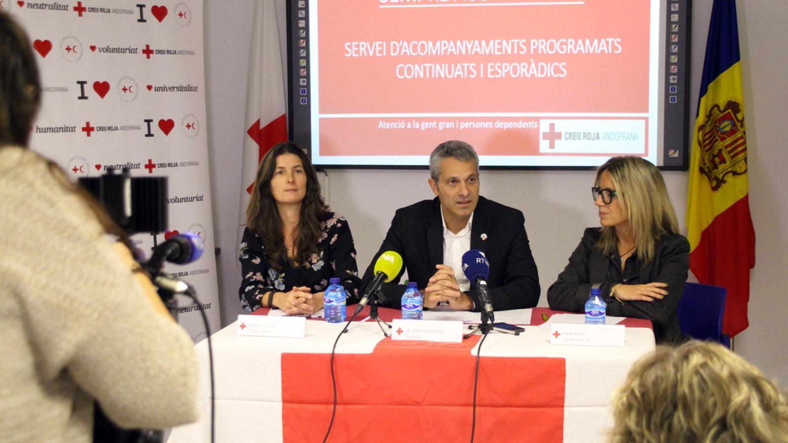 La coordinadora del projecte, Carina Leclerc; el director de Creu Roja Andorrana, Jordi Fernández, i la cap de l'àrea Social, Anna Arias, durant la presentació del programa 'Sempre acompanyats'.