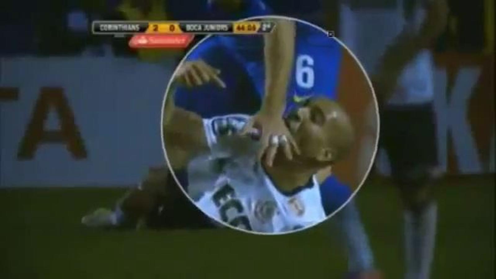El brasiler Emerson, del Corinthians, mossega l'argentí Caruzzo, de Boca Juniors, en un partit de la final de la Copa Libertadores