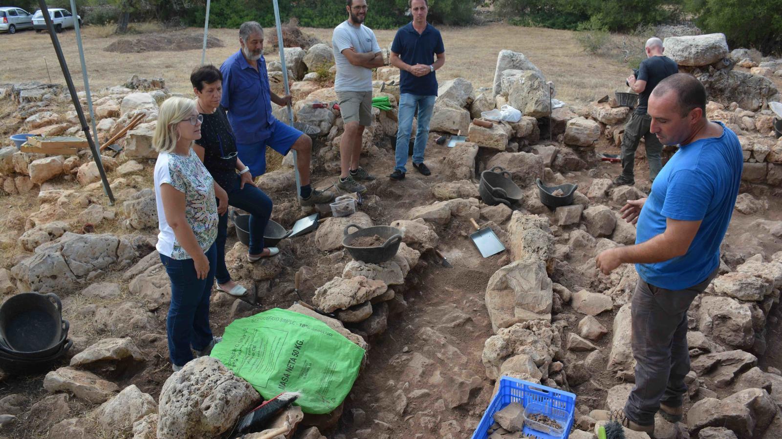 Representants municipals han visitat la zona on es fa la recerca arqueològica.