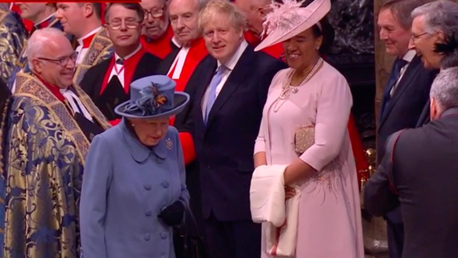 La reina d'Anglaterra, després de saludar al primer ministre britànic, a l'abadia de Westminster, aquest dilluns a la tarda