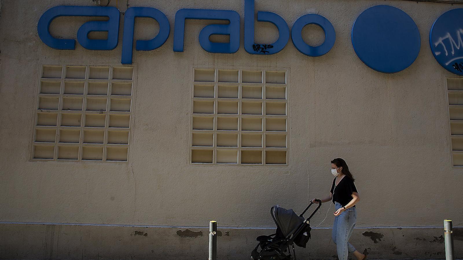 Imatge de la façana del Caprabo del carrer Bellver de Barcelona ahir.