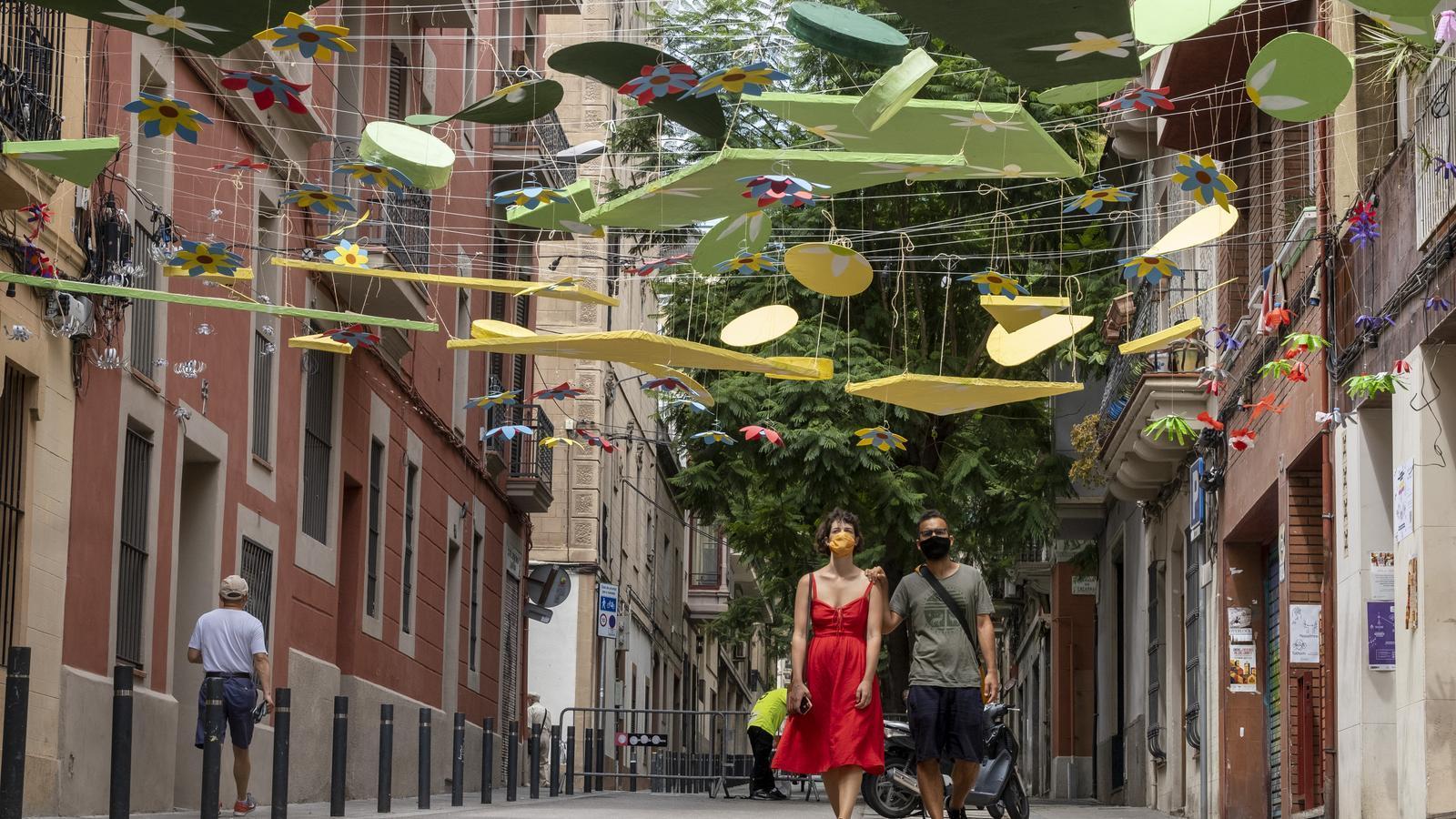 Una parella passejant per un dels carrers guarnits de Gràcia