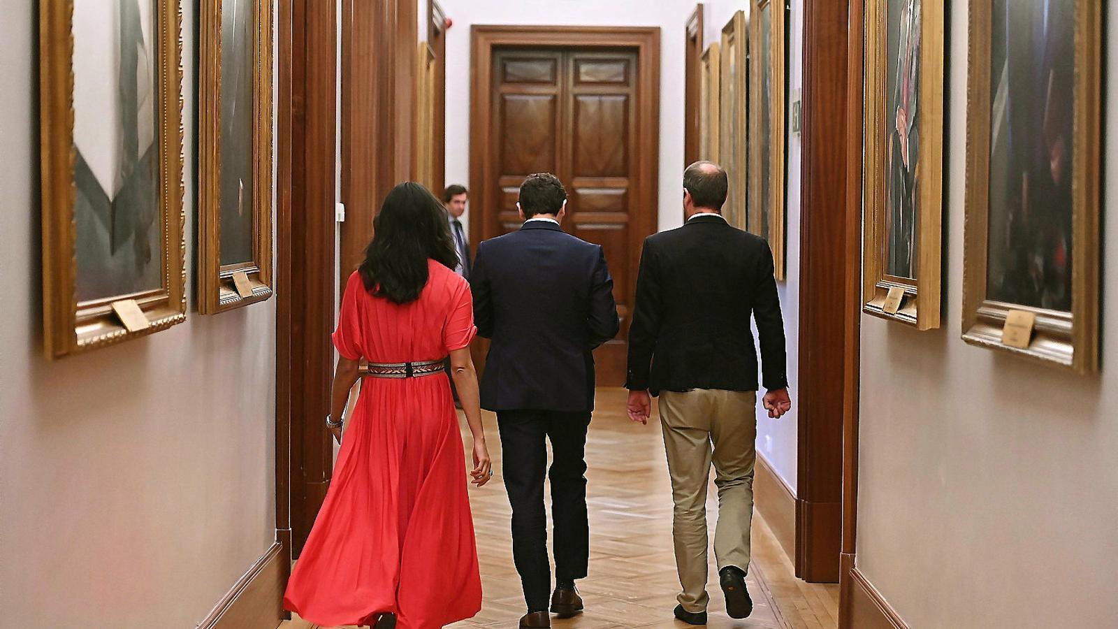 El president de Cs, Albert Rivera, al mig, arribant a la reunió que va mantenir ahir al Congrés amb el líder del PP, Pablo Casado.