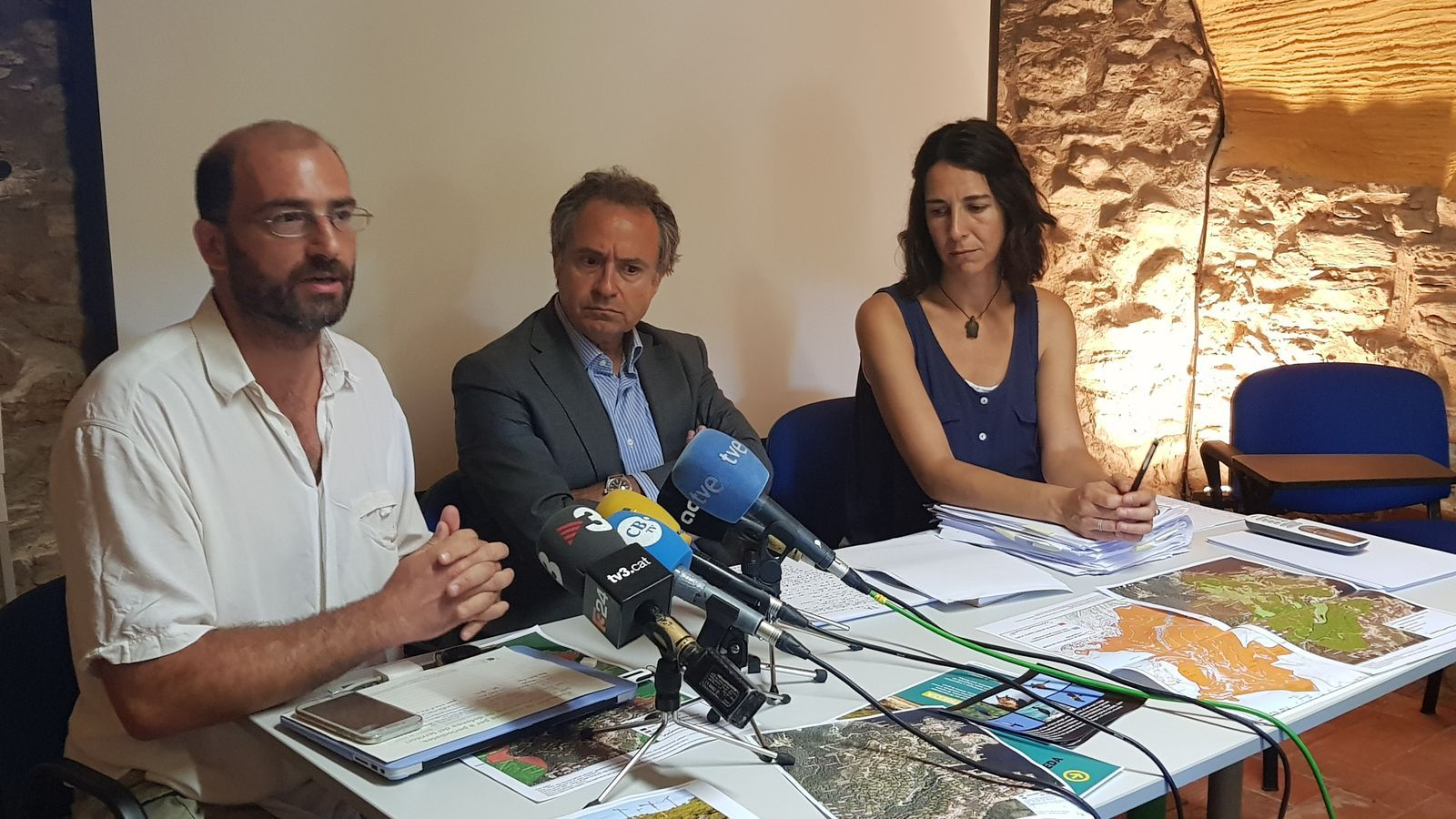 D'esquerra a dreta: Sergi Nuss, Eduard de Ribot i Lydia Chaparro, membres de la Plataforma Salvem la Cala d'Aiguafreda
