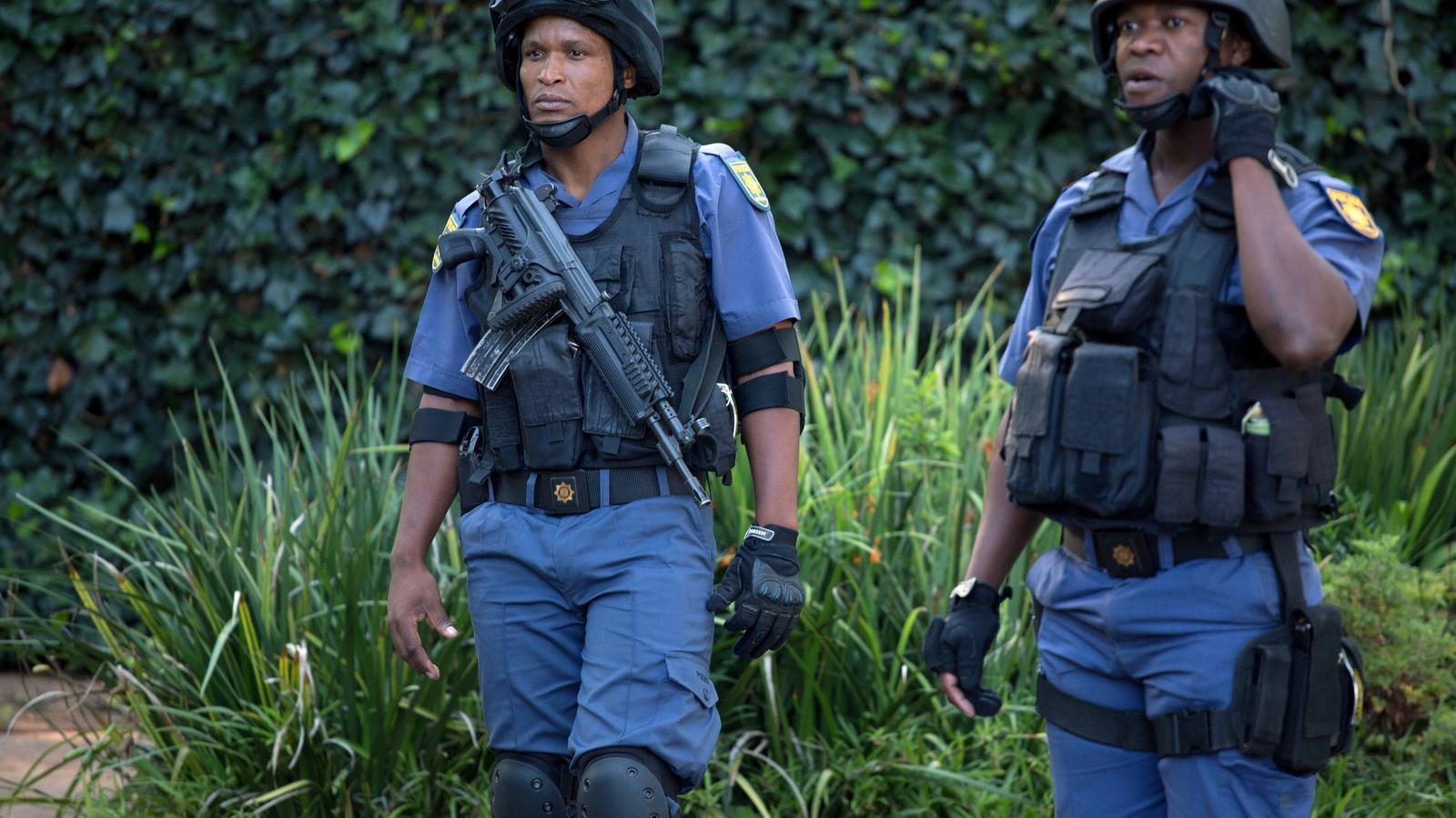 Dos policies sud-africans es despleguen per un cas.