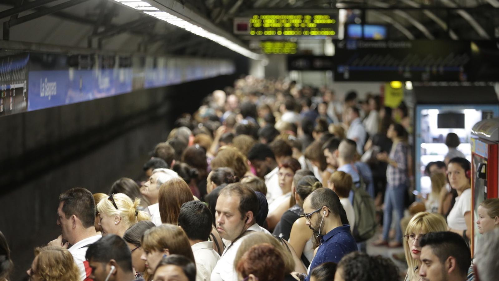 Barcelona promet 12 combois nous per a les línies més saturades del metro