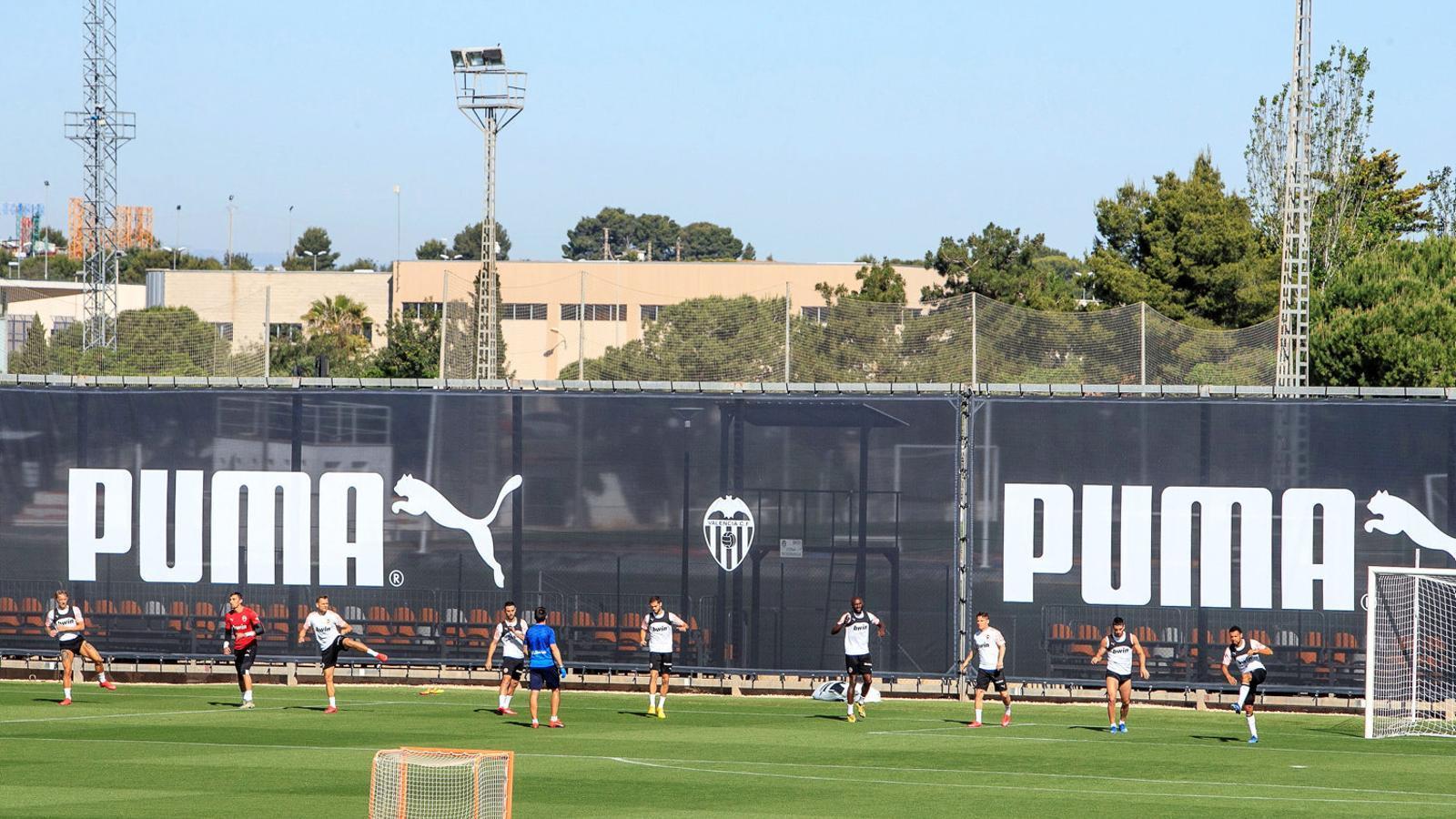 Els jugadors del València entrenant-se en petits grups a la Ciutat Esportiva de Paterna.