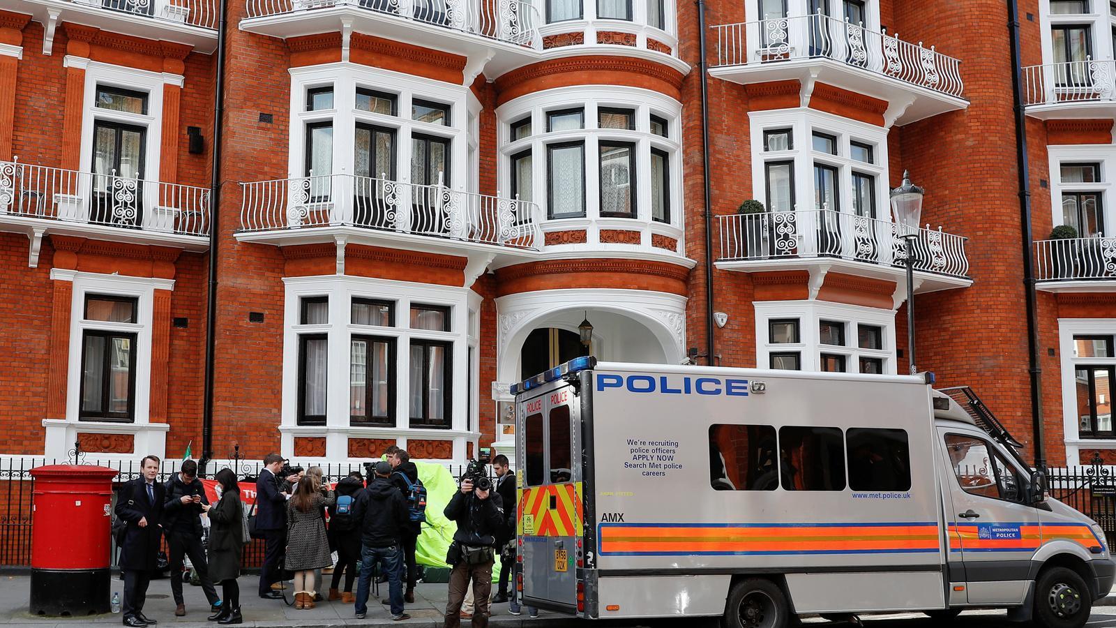 La policia britànica deté Julian Assange a Londres després que l'Equador li hagi retirat l'asil