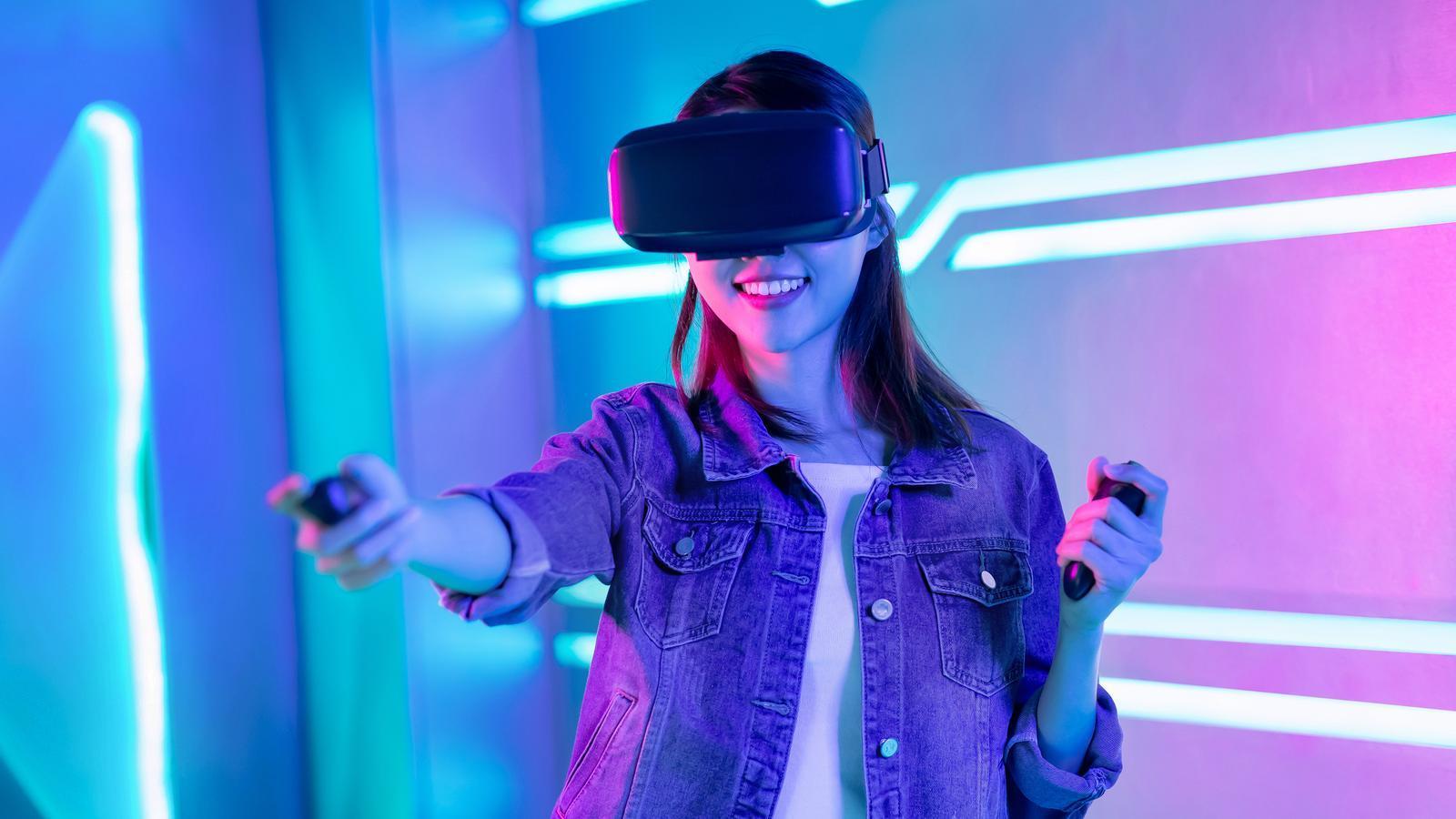 Una noia jugant amb unes ulleres de realitat virtual