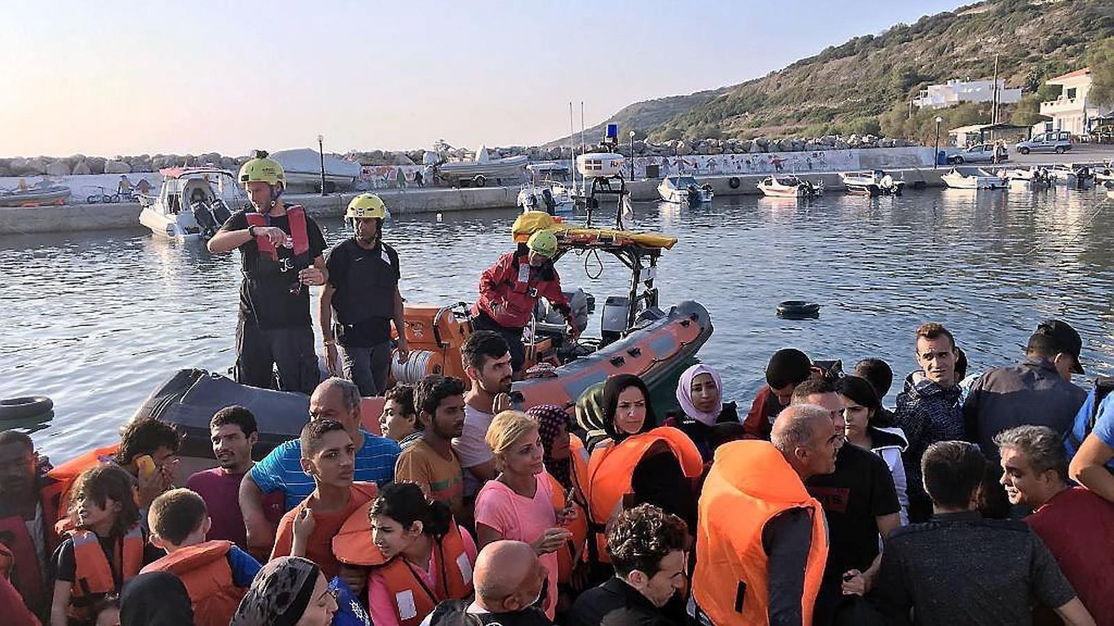 Tot i que ja no obren els informatius, els refugiats encara arriben a centenars a les costes gregues.