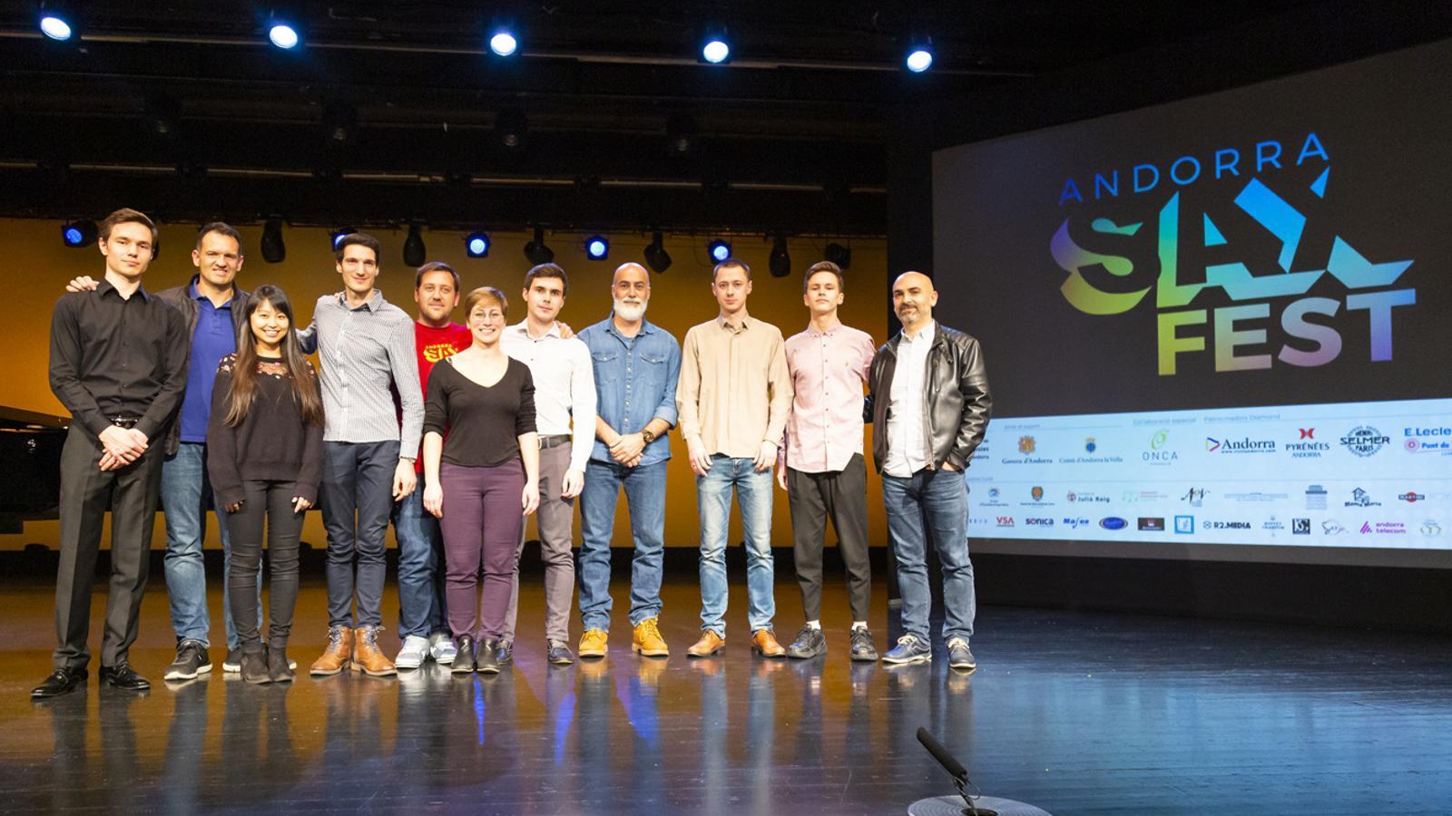 Els finalistes, acompanyats pels membres del jurat. / SAX FEST