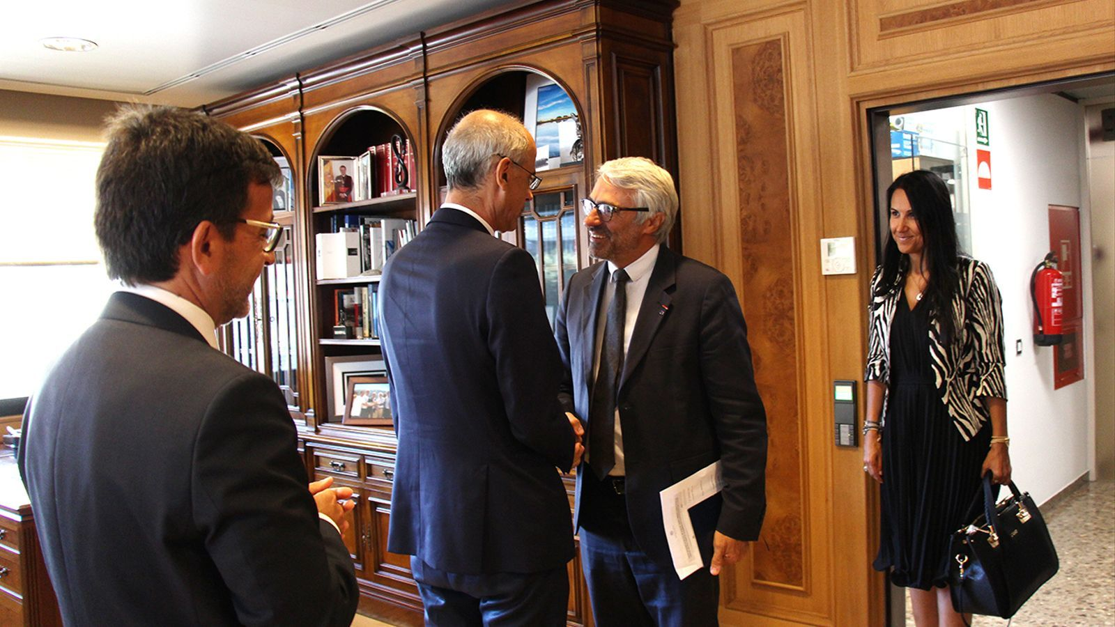 El director del Centre de Política Tributària i Administració de l'OCDE, Pascal Saint-Amans, saluda el cap de Govern, Toni Martí, aquest dimarts al matí. / M. F. (ANA)