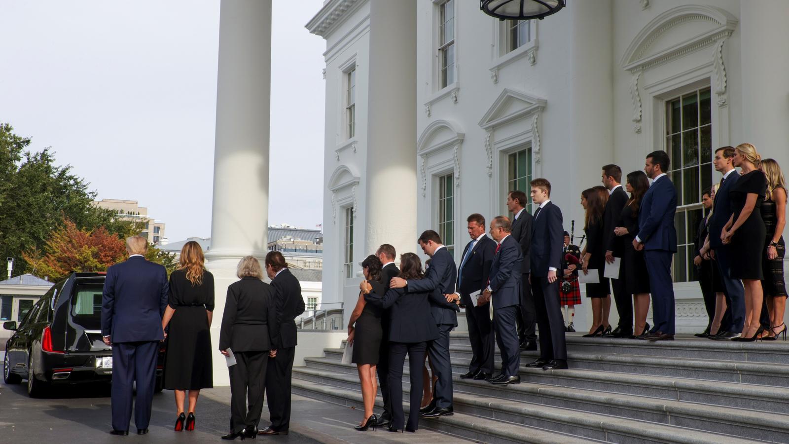 La família Trump acomiada les restes de Robert Trump a l'entrada principal de la Casa Blanca