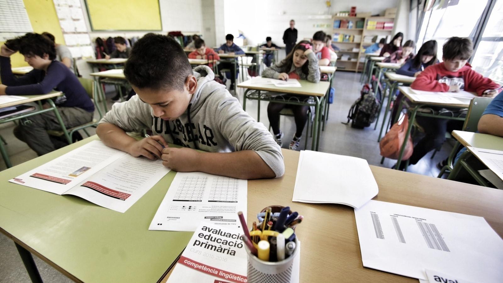 Alumnes de l'escola Carlit, fent les proves de sisè de primària