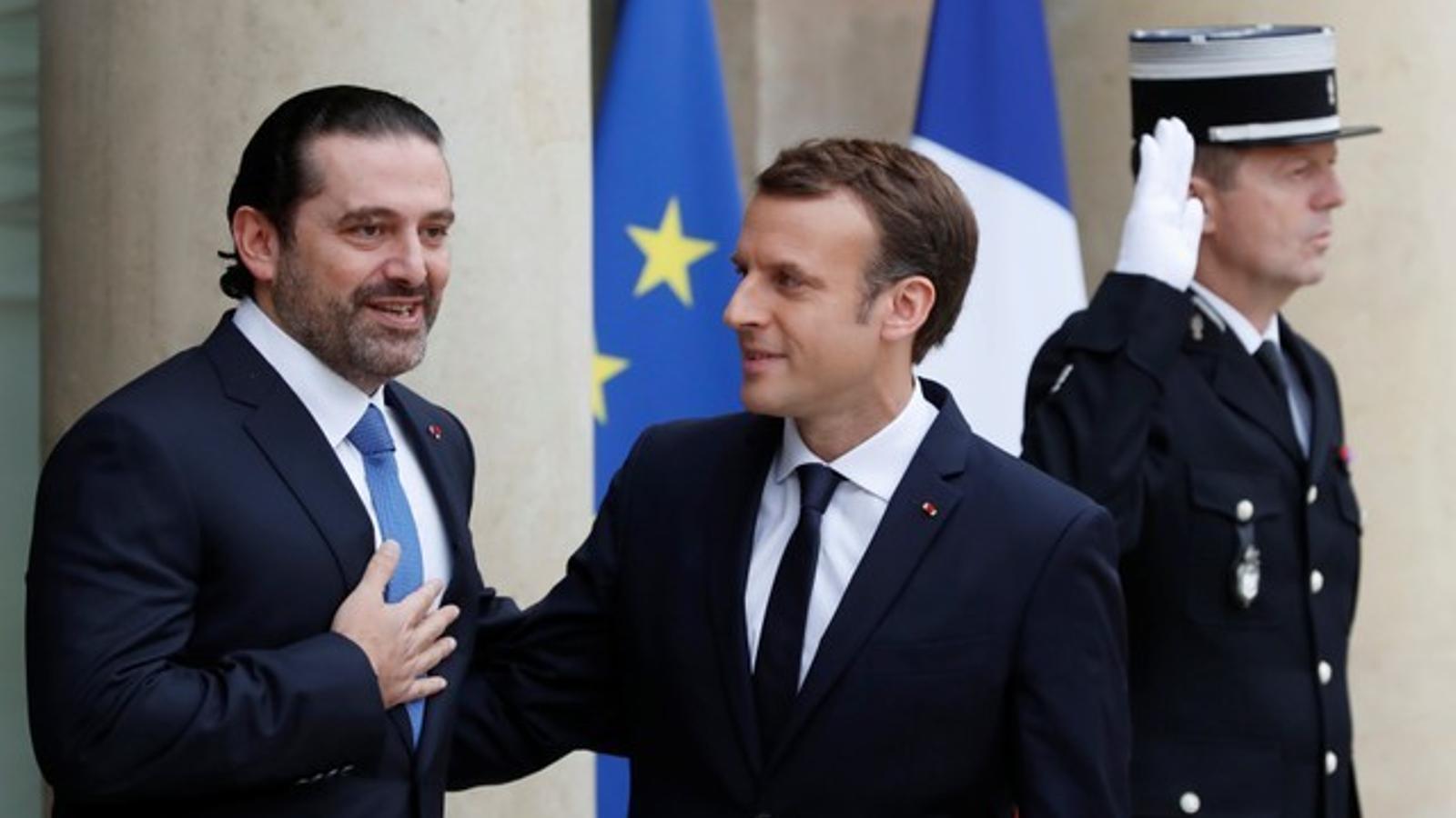 Hariri fa un gest d'agraïment en saludar Macron, a l'Elisi de París.