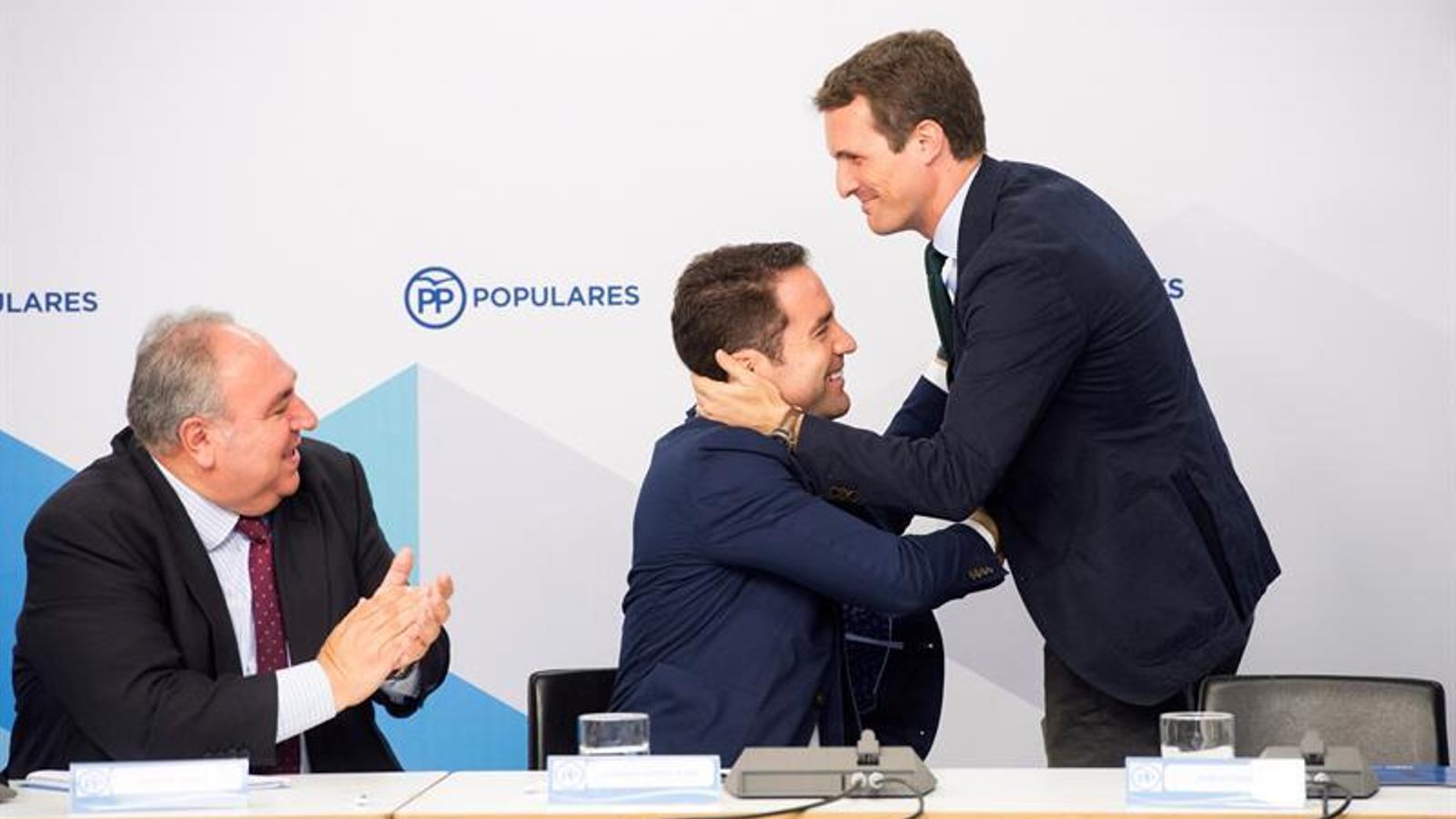 Pablo Casado saluda el secretari general del PP, Teodoro García Egeo, en la reunió amb secretari generals autonòmics del partit a Génova divendres passat.