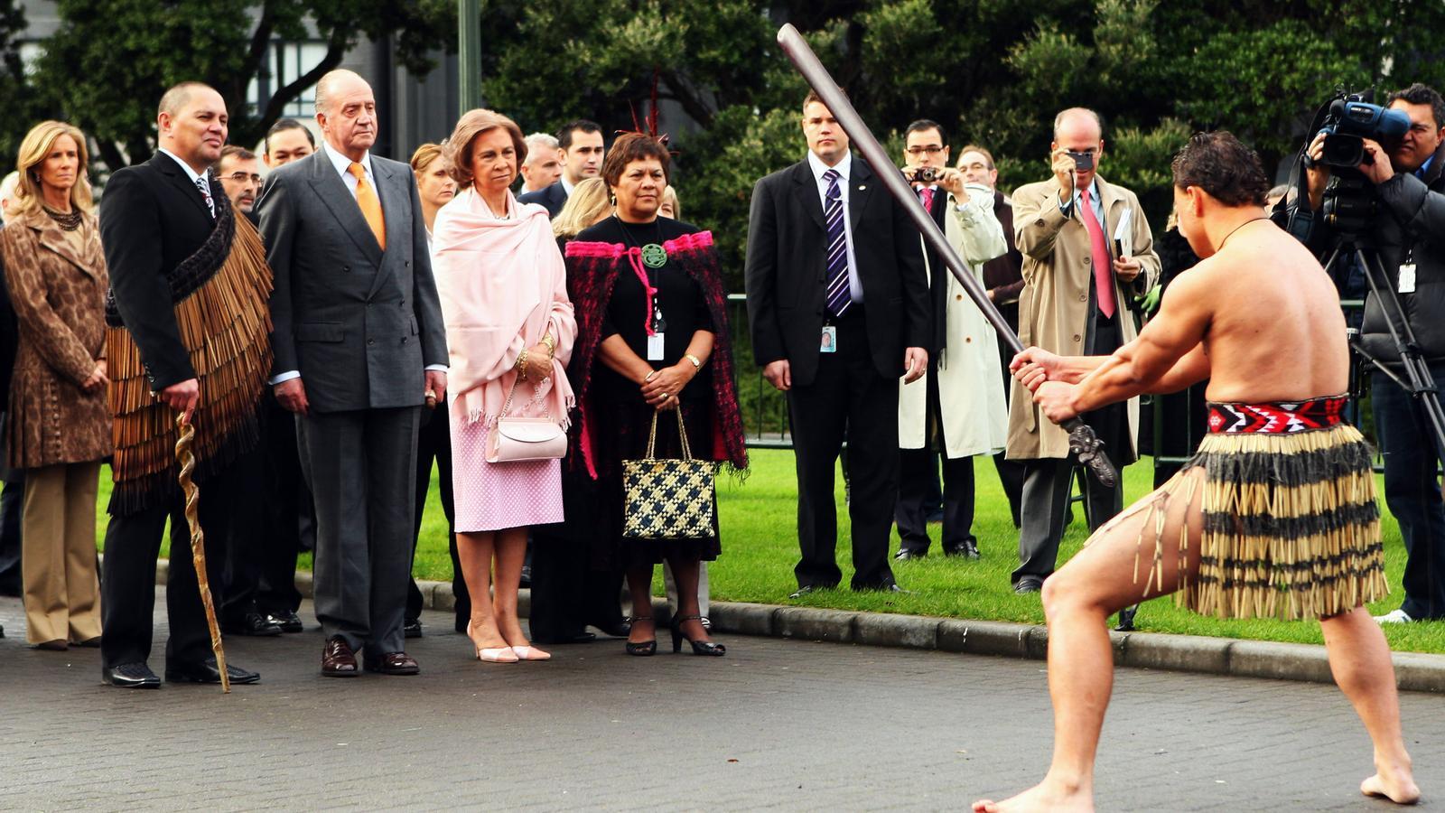 El rei Joan Carles I i la reina Sofia reben una benvinguda tradicional maorí al Parlament de Nova Zelanda