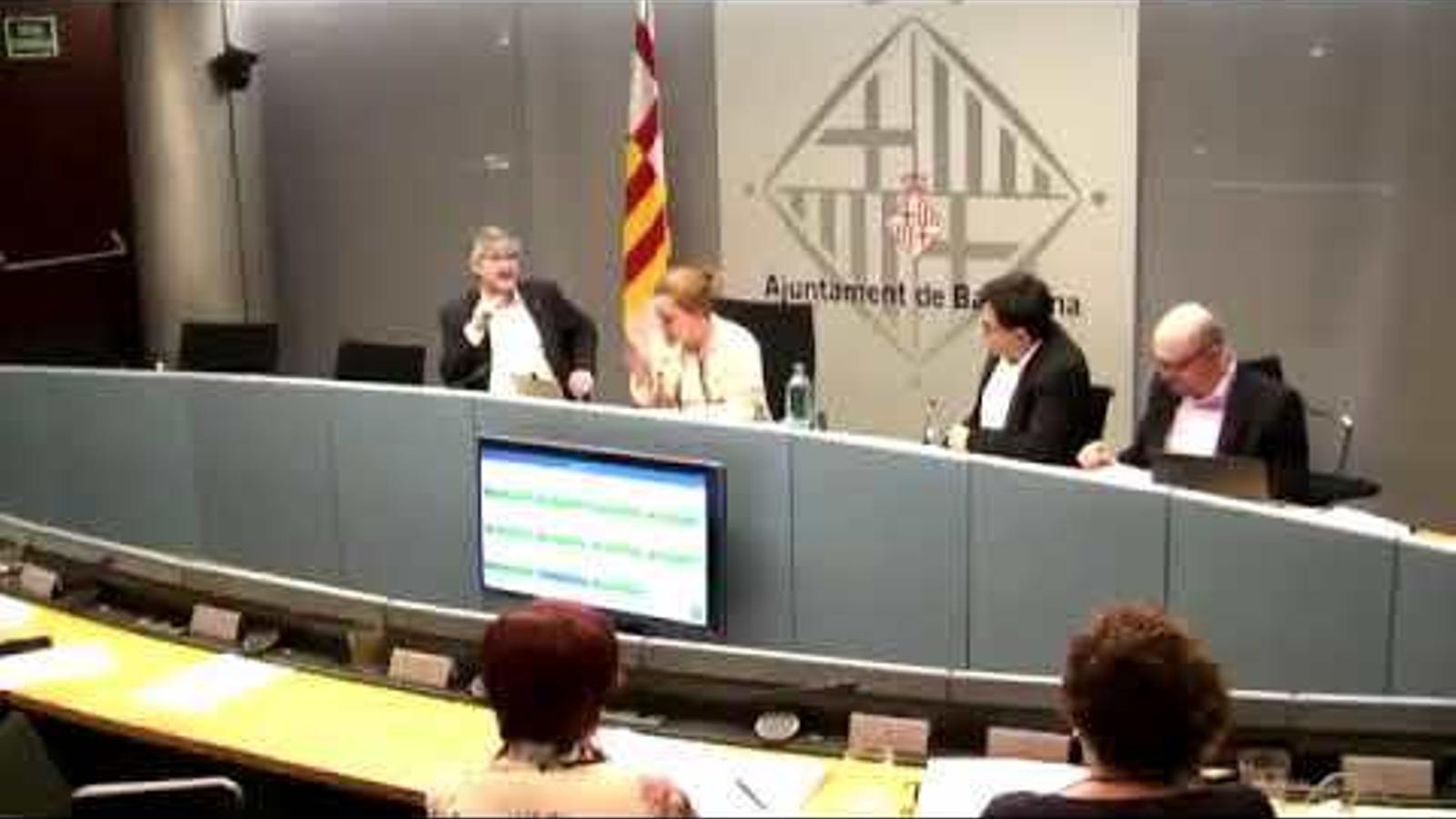 Carina Mejías perd els estreps i marxa, cridant, de la comissió d'Economia de Barcelona