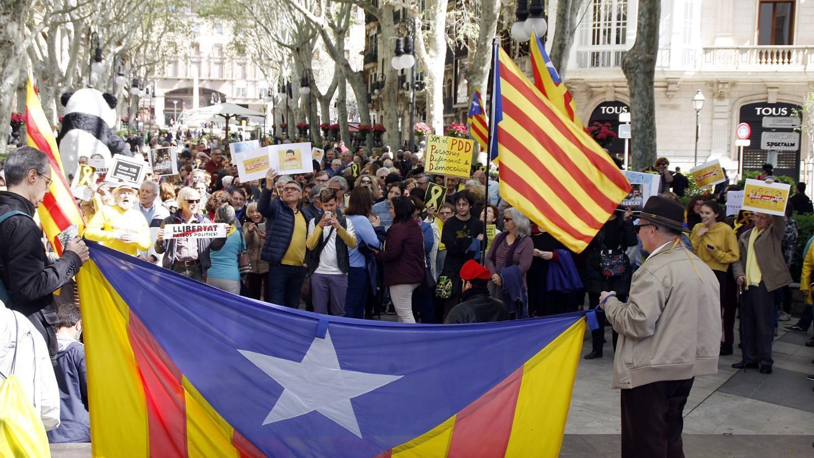 """Un centenar de persones crida """"No tenim por"""" davant la Delegació del govern. / JAUME ROSSELLÓ"""
