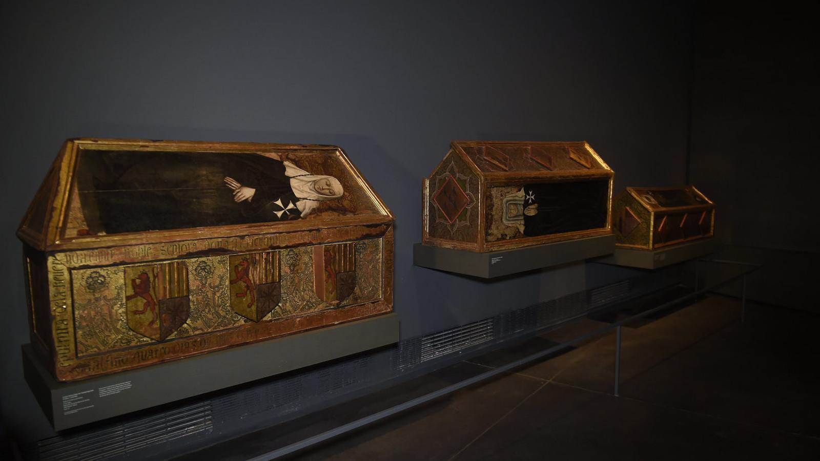 De les 44 obres del monestir de Sixena que conserva, el Museu de Lleida exposa tres caixes sepulcrals gòtiques i quatre fragments d'un retaule barroc d'alabastre.
