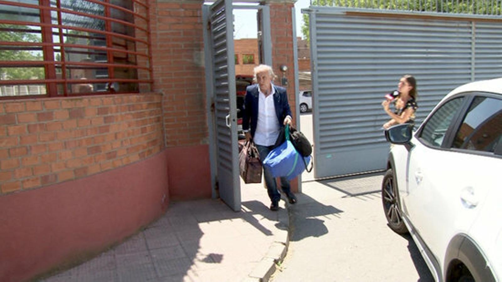 El pare de la Nadia Nerea surt de la presó amb les bosses que s'havia deixat. / ACN