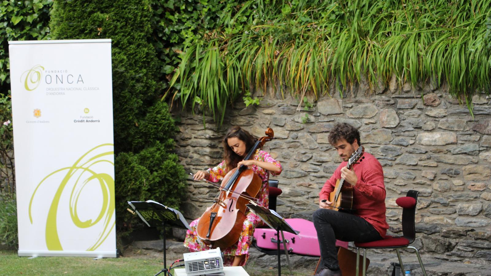 El Duo Font Bartumeu durant el concert als jardins de la Casa d'Areny-Plandolit. / ANA