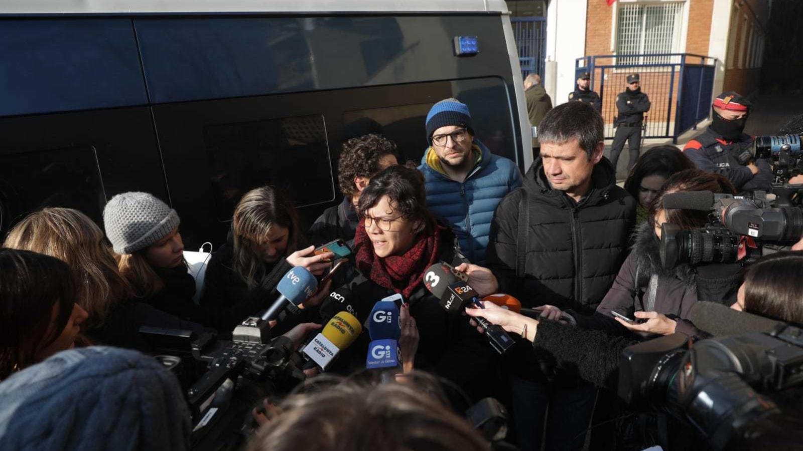 La diputada de la CUP Natàlia Sànchez, davant la comissaria de Girona