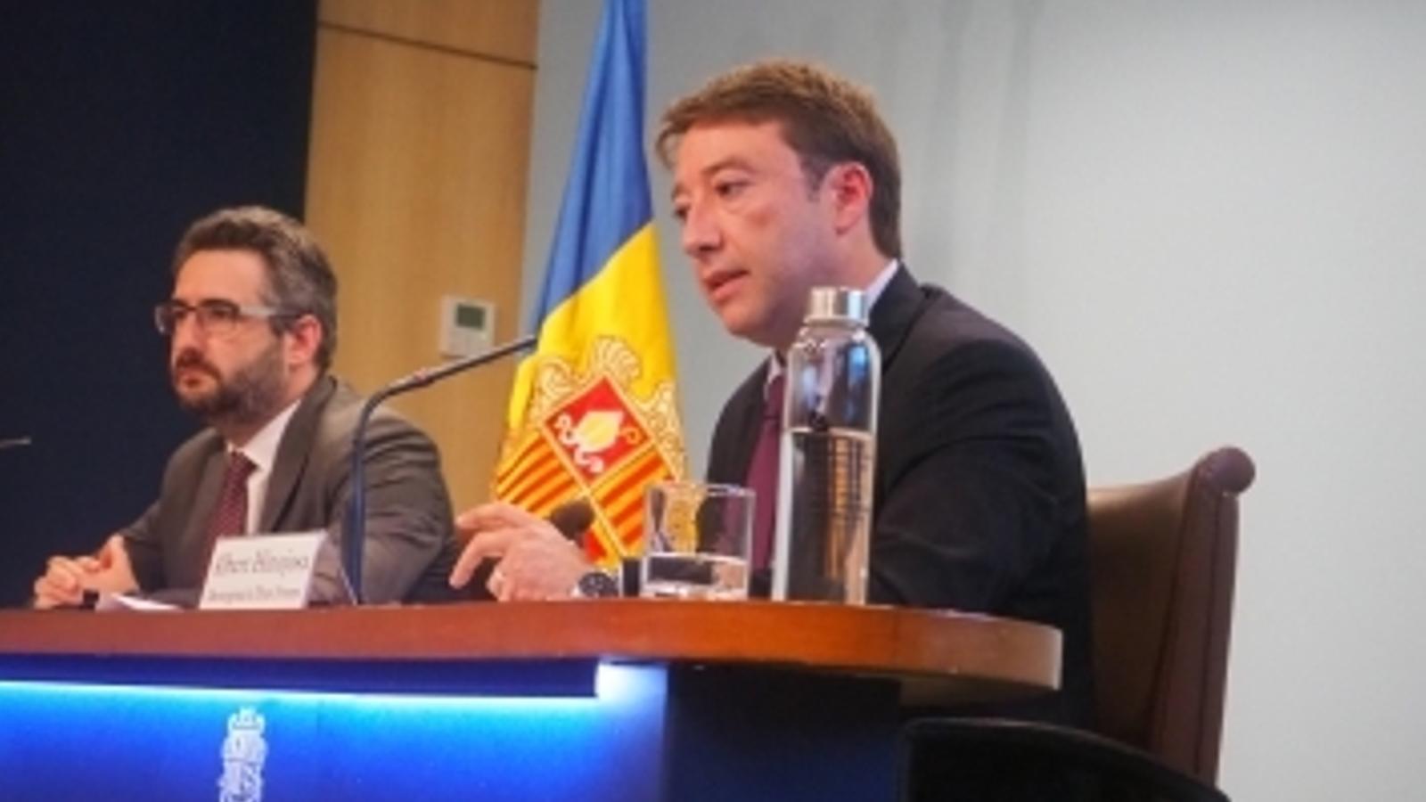 El ministre de Finances, Eric Jover, i el director general de Tributs i Fronteres, Albert Hinojosa, durant la roda de premsa d'aquest dilluns