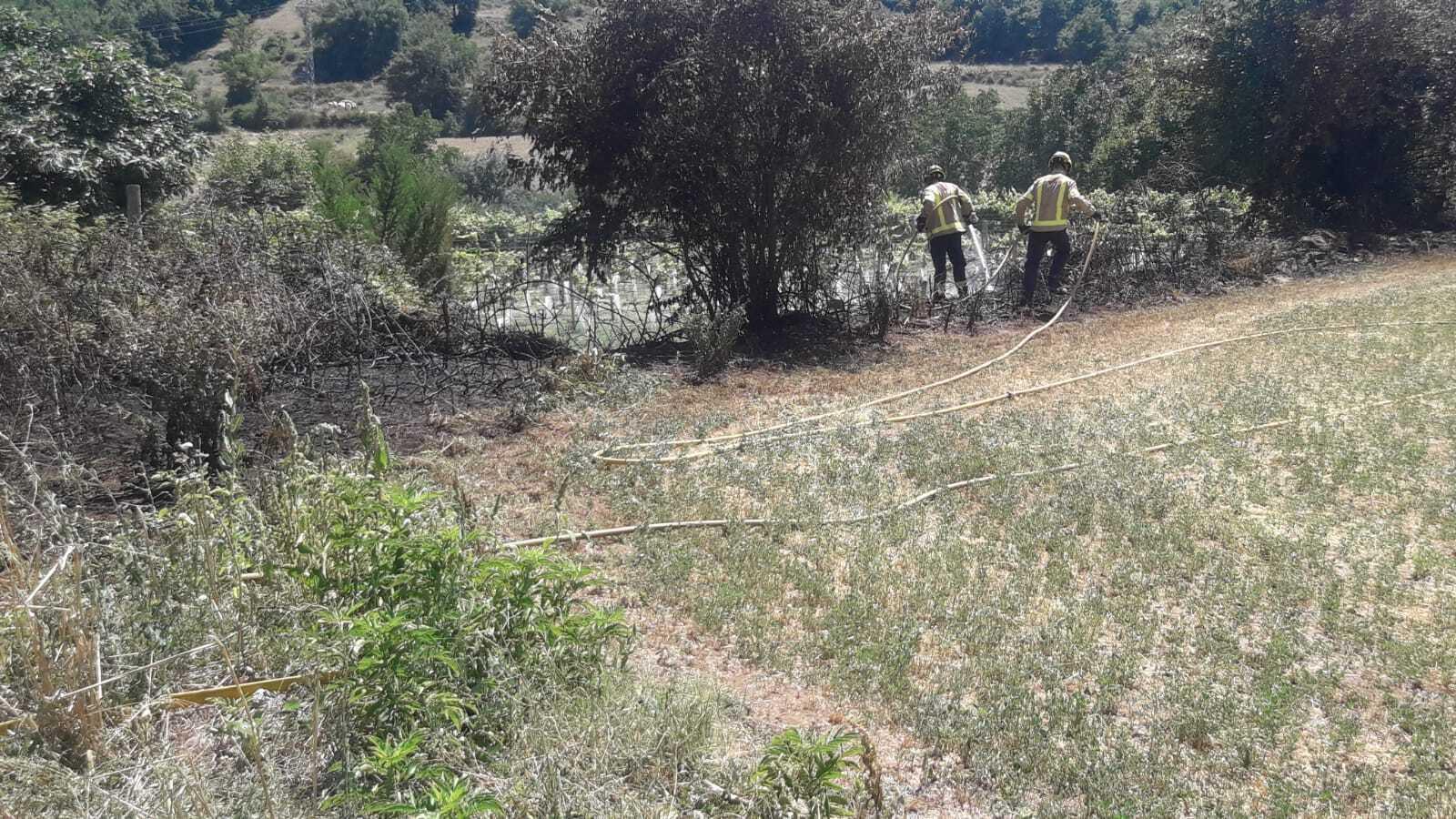 Els Bombers apaguen un petit foc de vegetació a Nargó. / BOMBERS DE NARGÓ