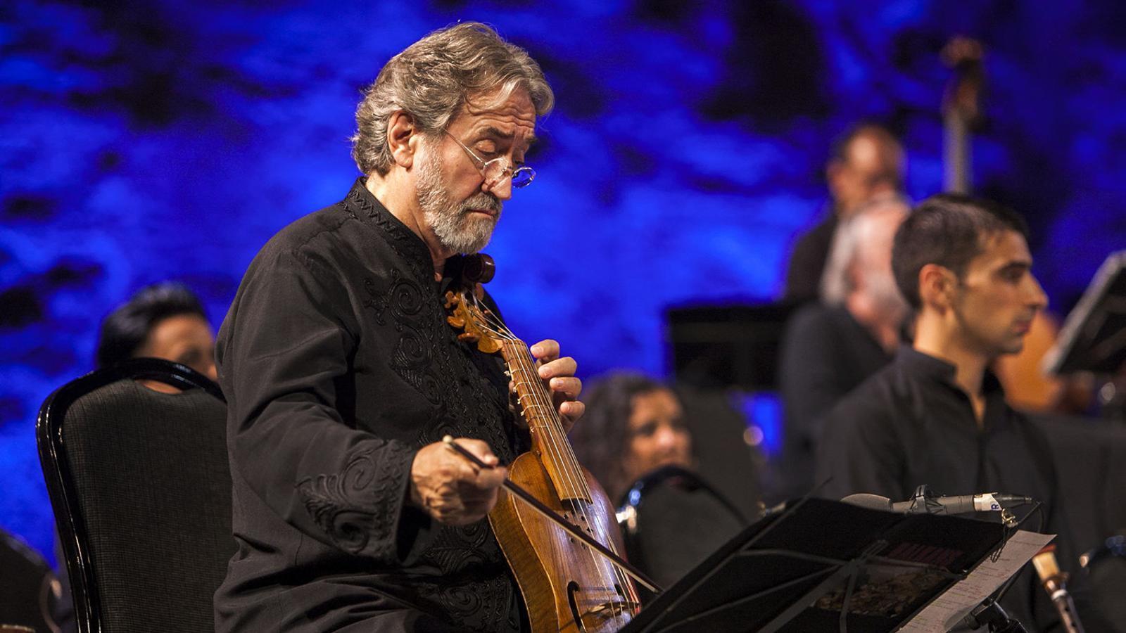 El músic Jordi Savall al teatre Grec de Barcelona en un concert temàtic sobre els Balcans.