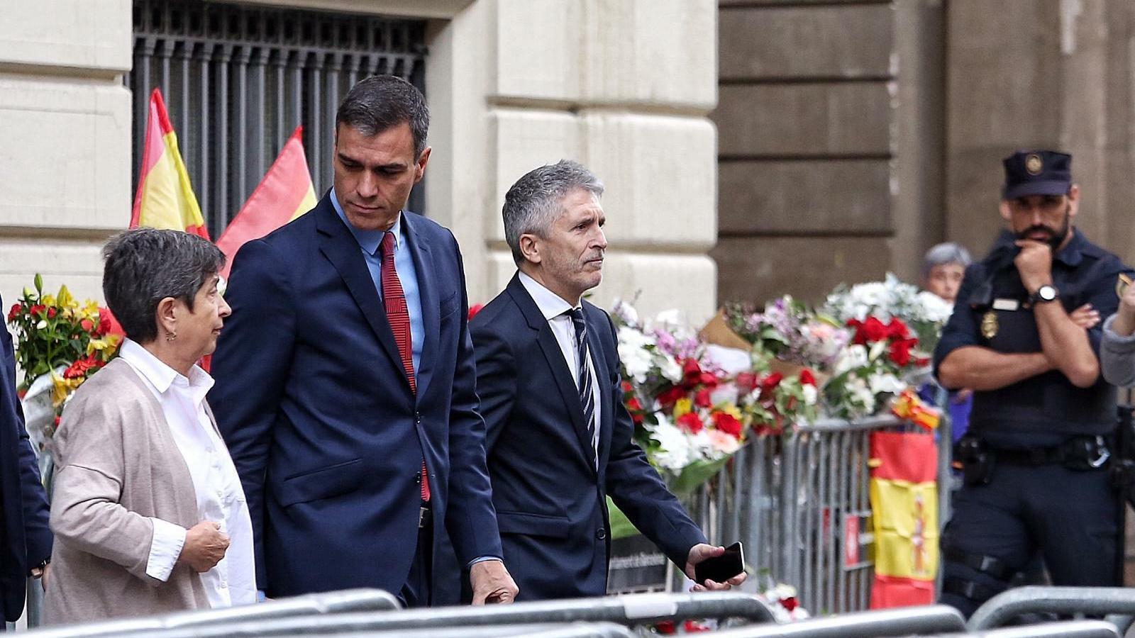 La delegada Teresa Cunillera, el president Pedro Sánchez i el ministre Fernando Grande-Marlaska sortint de la prefectura.