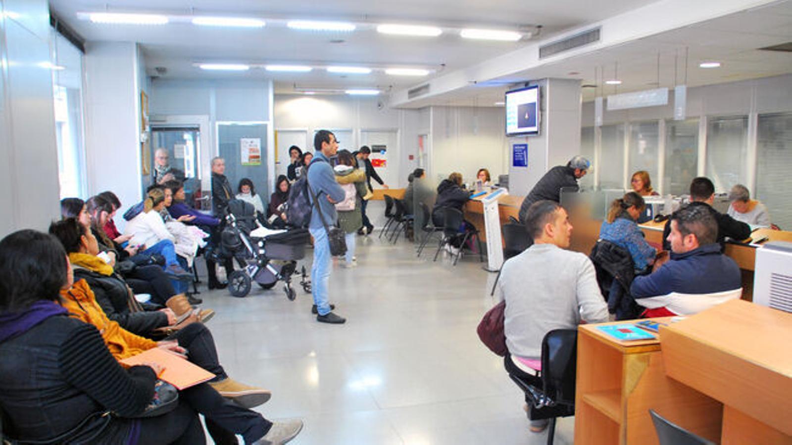 Temporers esperant el seu torn al servei d'immigració. / ARXIU ANA