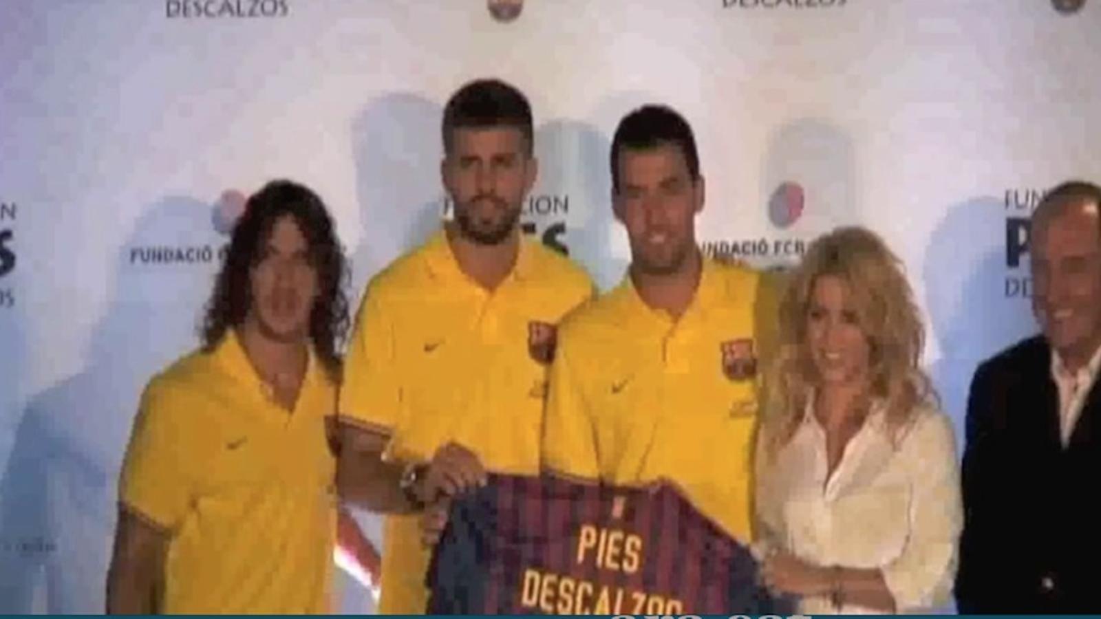 Shakira rep una samarreta del Barça per la seva fundació Pies Descalzos, amb Piqué, Busquets i Puyol