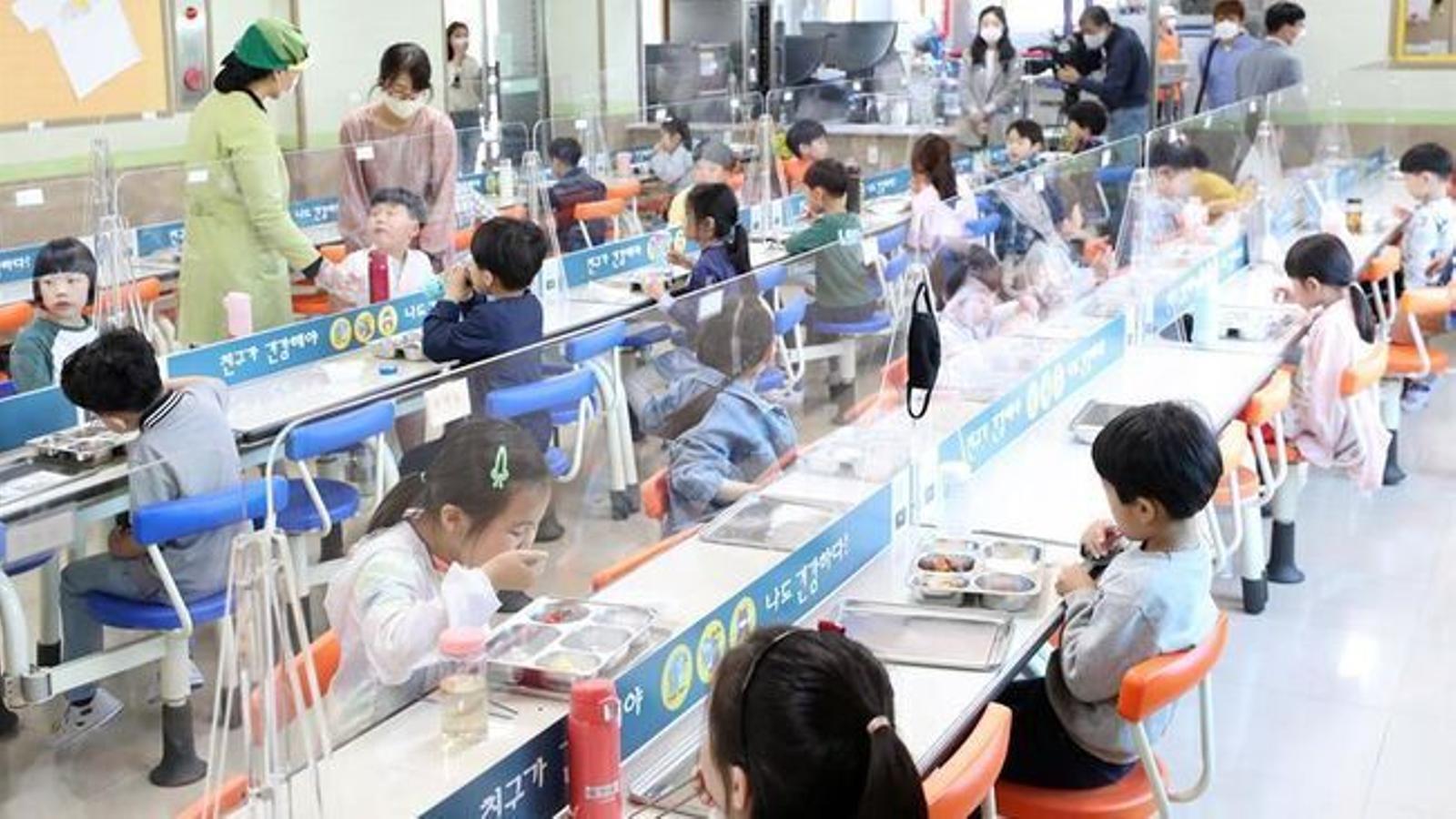 Alumnes de primària en un menjador escolar a Seül