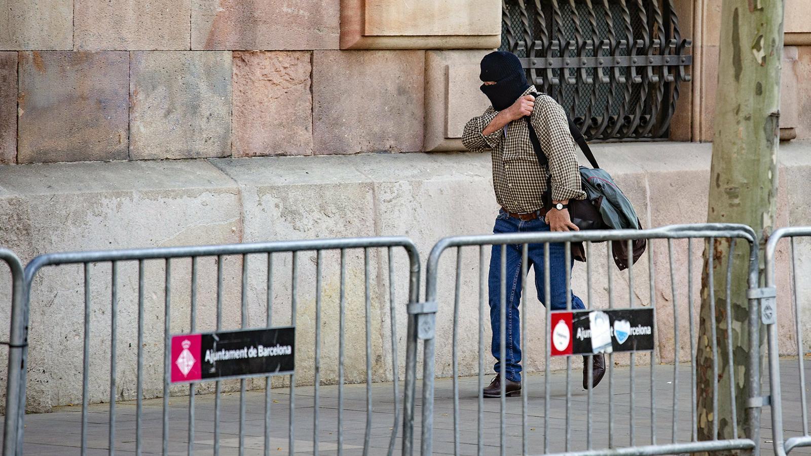 Joaquim Benítez ahir arribant a l'Audiència de Barcelona tapat amb un passamuntanyes.