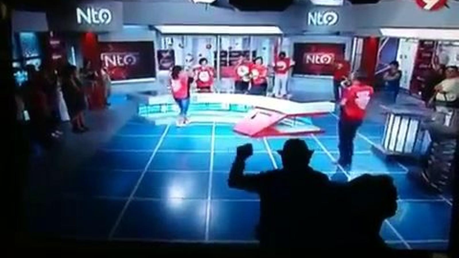 Els treballadors de Canal 9 ocupen el plató de l'informatiu