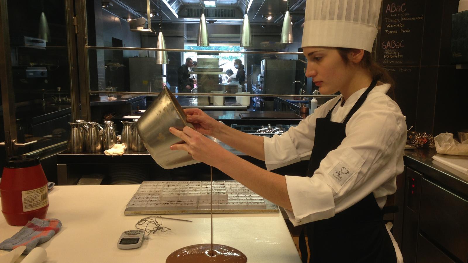 Carla Peyrón en el moment d'atemperar la xocolata