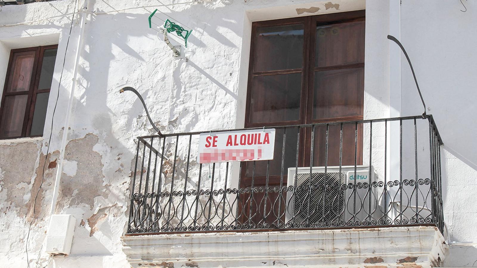 A dalt, pisos de lloguer a Ciutat. A baix, habitatges en lloguer visitats per l'ARA Balears.
