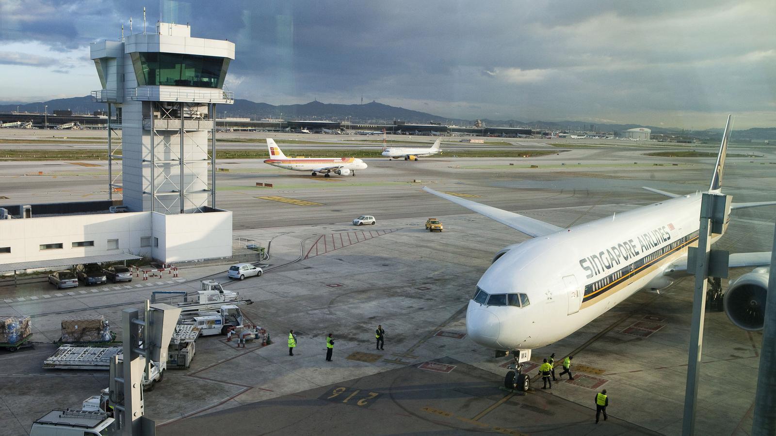 Un avió de Singapore Airlines a la Terminal 1 de l'aeroport de Barcelona. La companyia asiàtica enllaça Singapur amb Sao Paulo fent escala al Prat.