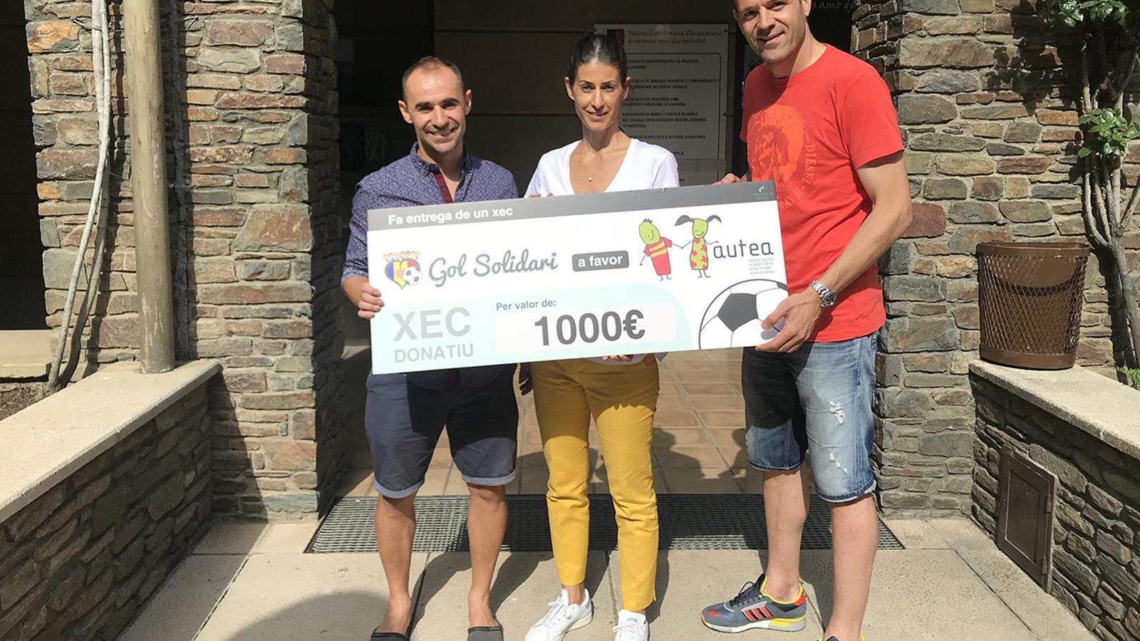 Juli Sánchez i Ildefons Lima, de Gol Solidari, amb la vicepresidenta d'Autea, Laura Vidal. / AUTEA