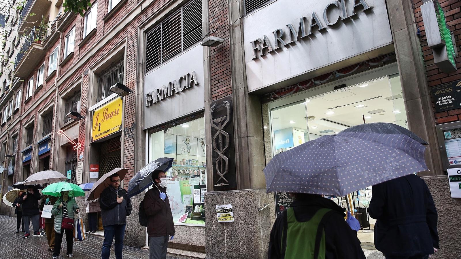 El sistema es col·lapsa el primer dia de venda de mascaretes i les farmàcies en dispensen com poden