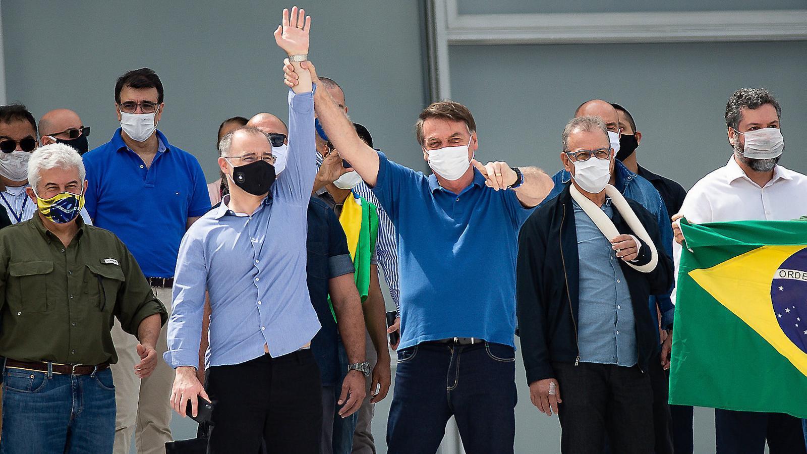 Bolsonaro ahir amb mascareta però sense mantenir les distàncies de seguretat.