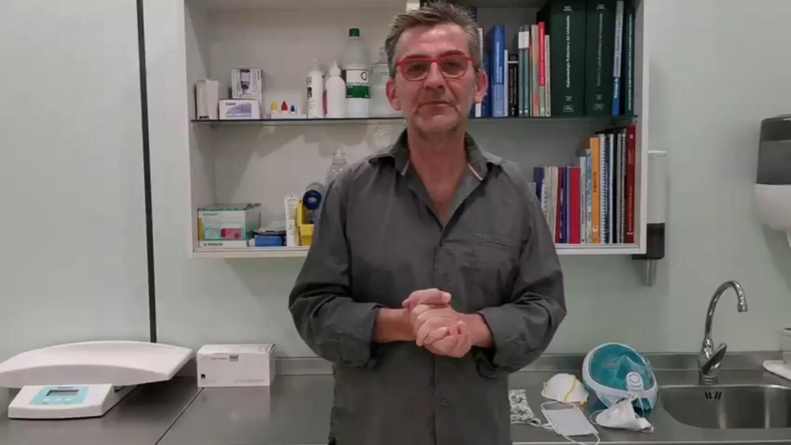 Queco Novell explica, per encàrrec del Col·legi de Metges de Barcelona, com s'han d'utilitzar les mascaretes