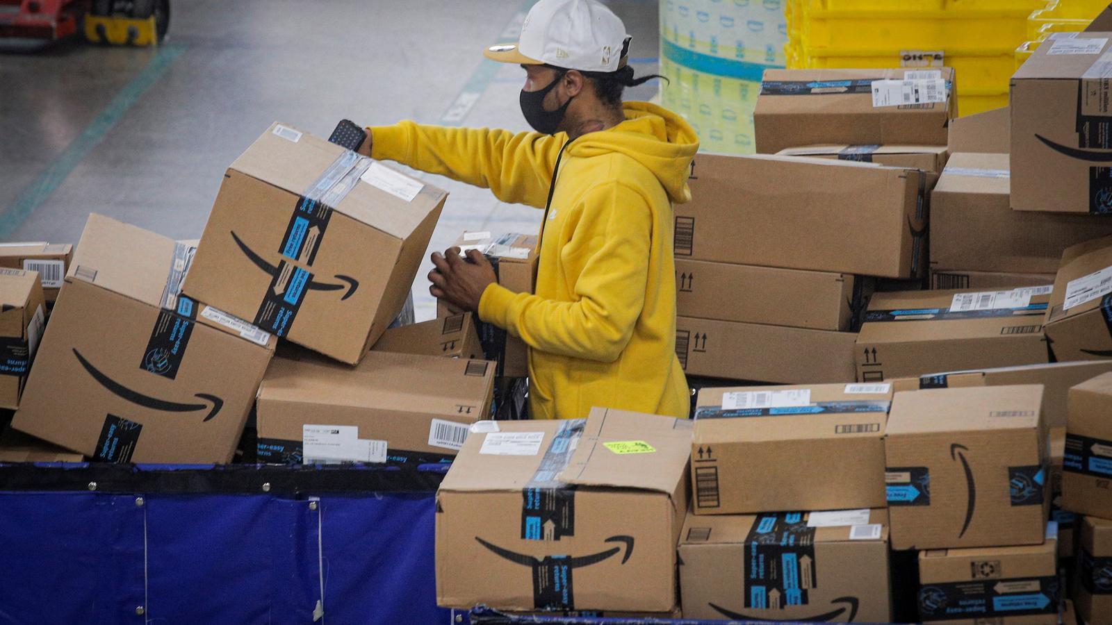 Un treballador en un magatzem d'Amazon a Nova york.