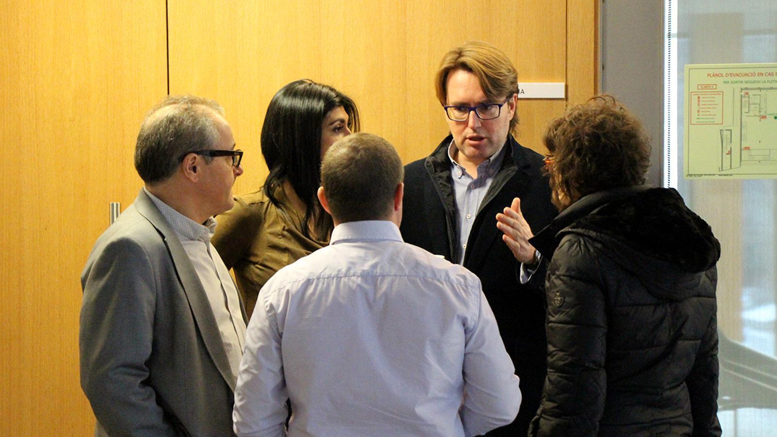 Els consellers d'UL+CC present a la reunió, xerrant durant una pausa de la reunió. / M.M.