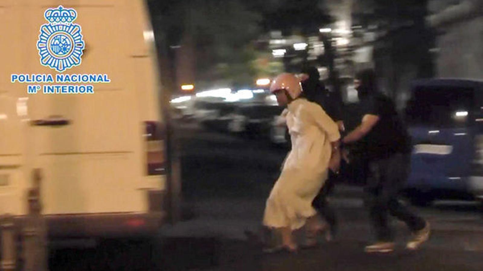 Agents de la policia espanyola efectuant les detencions relacionades amb jihadisme a Madrid, aquesta matinada