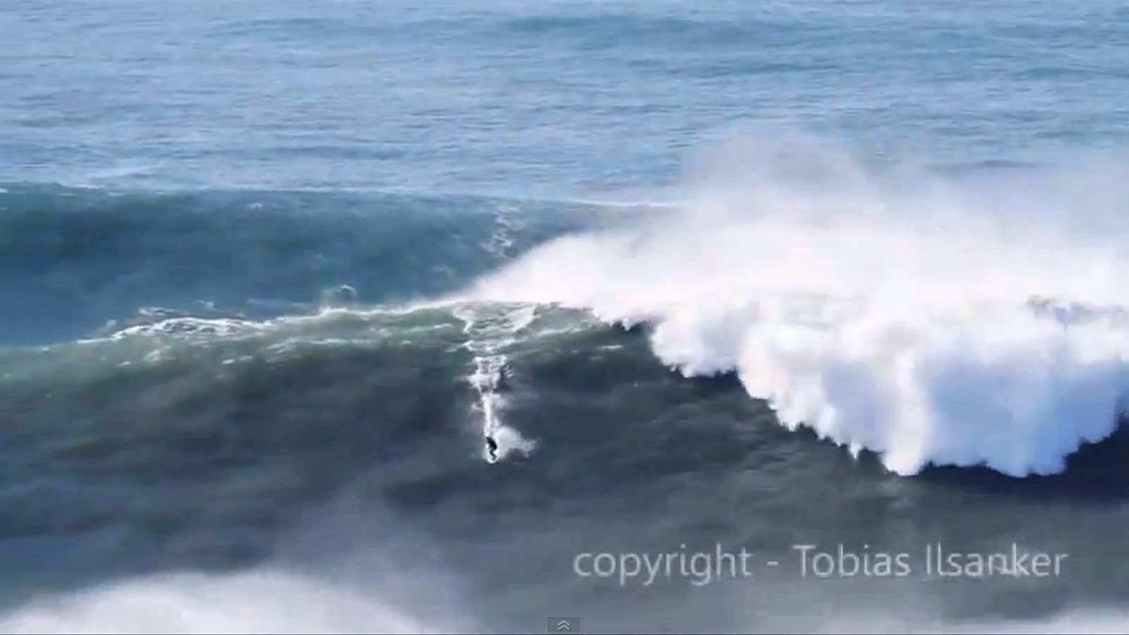 Garrett McNamara fa surf damunt d'una onada gegantina